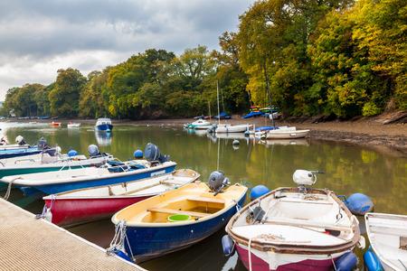 jamones: Barcos amarrados en el arroyo en Stoke Gabriel en el sur jamones Devon Inglaterra Reino Unido Europa