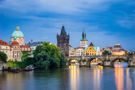 Vista del Moldava y Charles puente del río en la oscuridad Praga República Checa Europa Foto de archivo