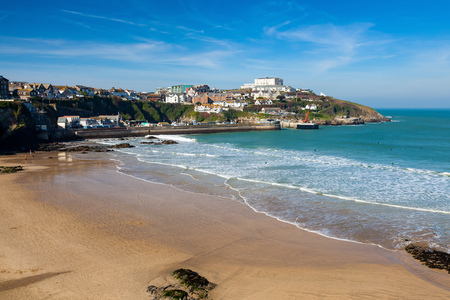 Overlooking the golden sandy Town Beach Newquay Cornwall England UK Europe Imagens