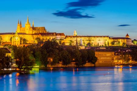 Nuit sur la rivière Vltava avec le château de Prague au loin. République Tchèque