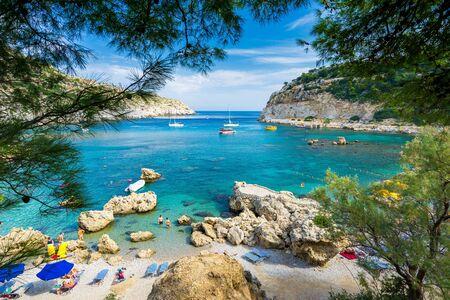 그리스 유럽 로도스 섬의 팔리라키(Faliraki) 근처 앤서니 퀸 베이(Anthony Quinn Bay)에서 아름다운 하루 스톡 콘텐츠