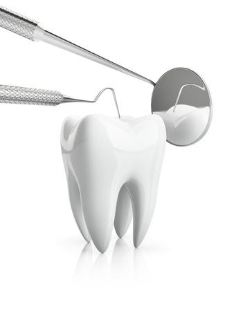 caries dental: Primer plano de visión general de prevención de la caries dental, aislado en blanco fundamento. Los exámenes de salud dental con accesorios de dentista con espejo y atacador