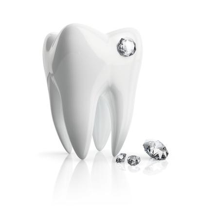 Close-up tand doordringen kristal geïsoleerd op een witte achtergrond