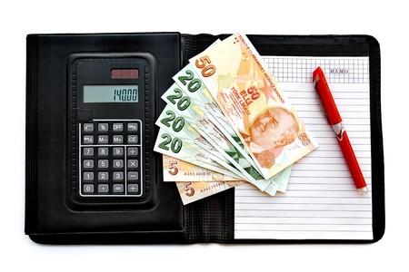 Leer best reken nota stootkussen van de calculator met bank biljetten en een pen op witte achtergrond  Stockfoto