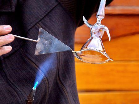 Glas ambachtsman die een wervelende derwisj figuur uit gesmolten glas