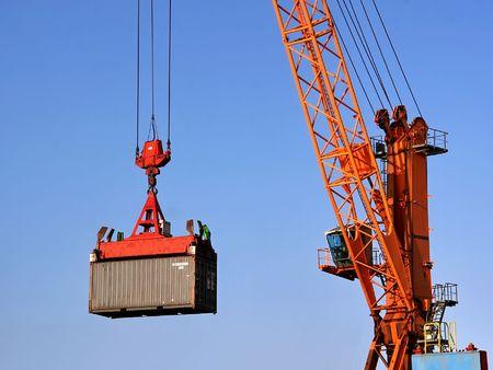 Container wordt opgetild door een kraan Stockfoto