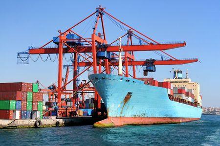 De carga de buque en virtud de la carga en los puertos Foto de archivo - 4972024