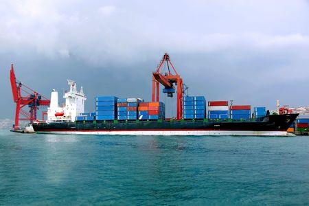 Container schip in het kader van het laden in de dock