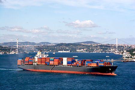 Container schip bewegen op Bosporus