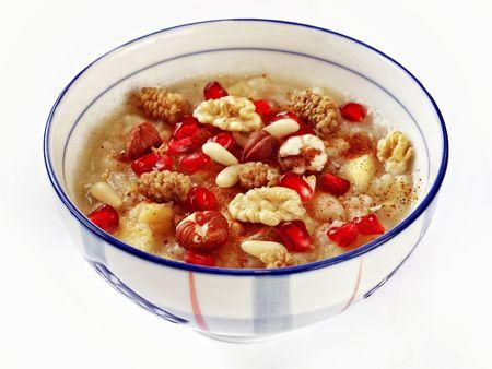Tarwe pudding met gedroogde noten en fruit