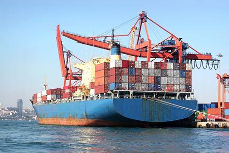 Vracht schip volledig is geladen, blauw Stockfoto