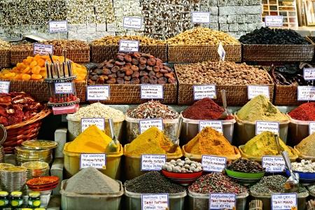 Specerijen op weergave op de verkoop op de markt Stockfoto