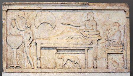 lajas: Estela funeraria con escena de banquete. Escultura del periodo de �tico (del griego), 450-480 a. C.