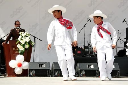 trajes mexicanos: Estambul - el 25 de abril de 2010: Los ni�os mexicanos en traje tradicional en el d�a de la infancia en Maltepe
