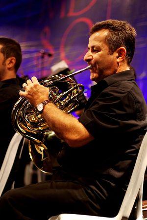 fagot: STAMBUŁ - 11 lipca: Członkowie Maltepe Symfoniker występ na żywo w fazie otwartej Maltepe. Tuba odtwarzacz blows