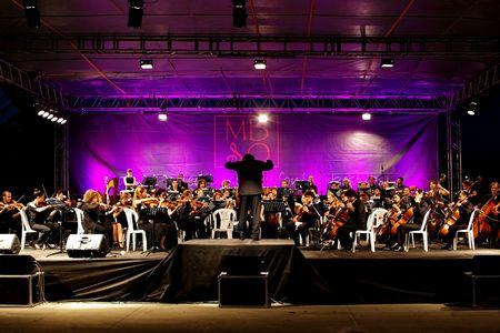 STAMBUŁ - 11 lipca: Członkowie Maltepe Symfoniker występ na żywo na etapie open air Maltepe Publikacyjne