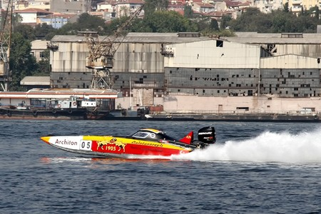 bateau de course: ISTANBUL - SEPTEMBER 25, 2010: An Off-Shore racing boat speeds along the water at the UIM World Offshore 225 Championship. Berna and Josef MUHLBAUER drive for the GALATASARAY team.