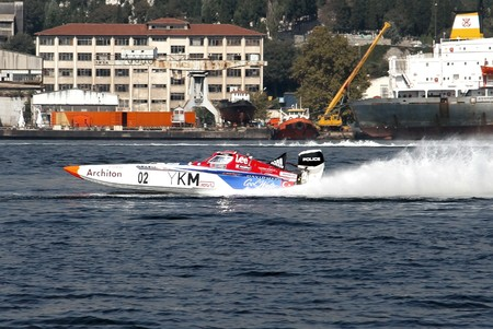bateau de course: ISTANBUL - SEPTEMBER 25, 2010: An Off-Shore racing boat speeds along the water at the UIM World Offshore 225 Championship. The winners Saruhan TAN and Kerim ZORLU drive for the YKM Sport team.  �ditoriale