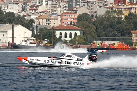 bateau de course: ISTANBUL - SEPTEMBER 25, 2010: An Off-Shore racing boat speeds along the water at the UIM World Offshore 225 Championship. The pilots Ali TANIR and Murat LEKI drive for the BESIKTAS team