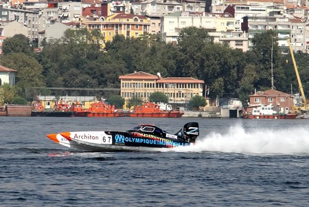 bateau de course: ISTANBUL - SEPTEMBER 25, 2010: An Off-Shore racing boat speeds along the water at the UIM World Offshore 225 Championship on the Golden-Horn bay in Istanbul, Turkey. Philippe BENHAMOU and Max DESSAUX run for the Olympique de Marseille team