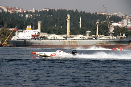 bateau de course: ISTANBUL - SEPTEMBER 25, 2010: An Off-Shore racing boat speeds along the water at the UIM World Offshore 225 Championship. Holger LOTH and Hamdi KITAPCI run for the FRANKE team