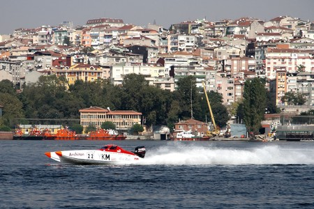 bateau de course: ISTANBUL - SEPTEMBER 25, 2010: An Off-Shore racing boat speeds along the water at the World Offshore Championship on the Golden-Horn bay. Cengiz CENNETOGLU and Kerem ZORLU run for the 22 YKM sport �ditoriale