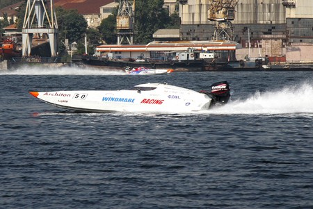 bateau de course: ISTANBUL - SEPTEMBER 25, 2010: An Off-Shore racing boat speeds along the water at the UIM World Offshore 225 Championship on the Golden-Horn bay. Jerome BRARDA and Hakan VANLI run for the Windmare Racing team �ditoriale