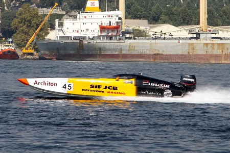 bateau de course: ISTANBUL - SEPTEMBER 25, 2010: An Off-Shore racing boat speeds along the water at the UIM World Offshore 225 Championship in Istanbul, Turkey. Suha YENIGUL and Ilker OZMEN run for the SIF - JCB team