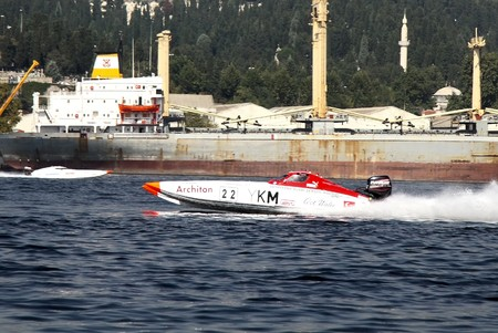 bateau de course: ISTANBUL - SEPTEMBER 25, 2010: An Off-Shore racing boat speeds along the water at the UIM World Offshore 225 Championship. Cengiz CENNETOGLU and Kerem ZORLU run for the 22 YKM sport �ditoriale