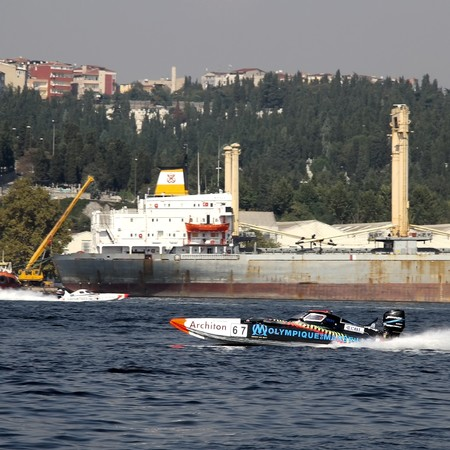 bateau de course: ISTANBUL - SEPTEMBER 25, 2010: An Off-Shore racing boat speeds along the water at the UIM World Offshore 225 Championship on the Golden-Horn bay. Philippe BENHAMOU and Max DESSAUX run for the  Olympique de Marseille team �ditoriale