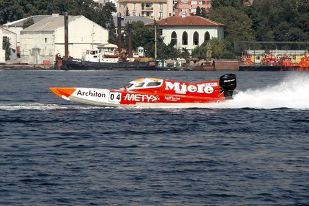 bateau de course: ISTANBUL - SEPTEMBER 25, 2010: An Off-Shore racing boat speeds along the water at the UIM World Offshore 225 Championship. Yigit CETIN and Erkan ALTINKILIC run for the MIELE team �ditoriale