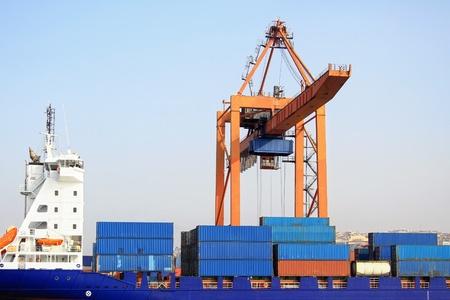 Vracht containers aan boord van onder kraan brug