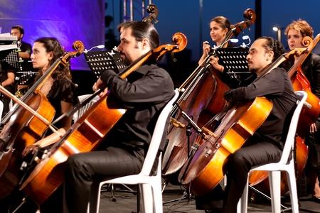 orquesta: Estambul - 11 de julio: Los miembros de la Maltepe Orquesta Sinf�nica cantar en vivo en etapa de aire libre de Maltepe, 11 de julio de 2010 en Estambul, m�sicos tocando contrabajo Editorial