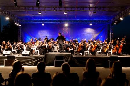 ISTANBUL - 11 juli: Leden van het symfonisch orkest live optreden in Maltepe open lucht stadium op 11 juli 2010 in Istanbul Maltepe