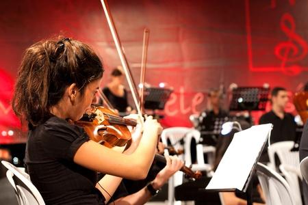 orquesta: Estambul - 11 de julio: Los miembros de la Maltepe Orquesta Sinf�nica cantar en vivo en etapa de aire libre de Maltepe, 11 de julio de 2010 en Estambul, m�sico tocando viol�n Editorial