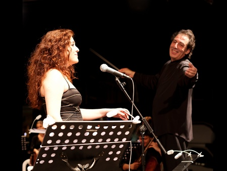 chanteur opéra: ISTANBUL - JULY 11: Members of the Maltepe Symphonic Orchestra perform live at Maltepe open air stage on July 11, 2010 in Istanbul. Soprano Selva Erdener with conductor Naci Ozguc
