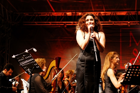 live entertainment: ISTANBUL - 11 luglio: Membri del Maltepe Orchestra Sinfonica esibirsi dal vivo in fase di aria aperta Maltepe il 11 luglio 2010 a Istanbul. Soprano Erdener Selva Editoriali
