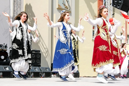 unidentified: Estambul - el 23 de abril: los ni�os no identificados en trajes tradicionales realizan en festival de Soberan�a y ni�os d�a nacional el 23 de abril de 2010 en Estambul, Turqu�a