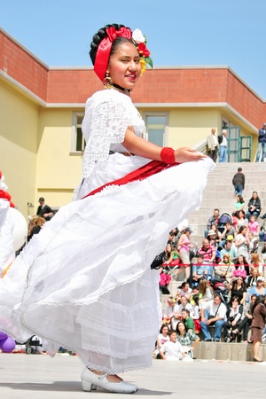 ISTANBUL - APRIL 23: Mexican girl in traditional costume perform folk dance at National Sovereignty and Children Day festival on April 23, 2010 in Istanbul, Turkey 에디토리얼
