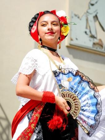 traje mexicano: Estambul - el 23 de abril: Niña mexicana en traje realizar danza en el festival de Soberanía y niños día nacional el 23 de abril de 2010 en Estambul, Turquía Editorial
