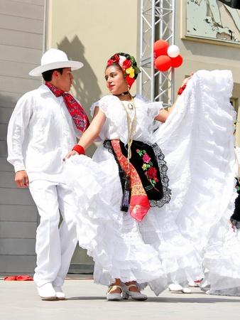 traje mexicano: Estambul - el 23 de abril: Pareja mexicana en traje realiza danza en el festival de Soberanía y niños día nacional el 23 de abril de 2010 en Estambul, Turquía