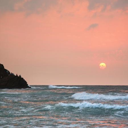 """wzburzone morze: Rough morza na pokojowego sÅ'oÅ""""ca w Blacksea Zdjęcie Seryjne"""
