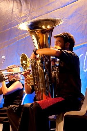 fagot: STAMBUŁ - 11 lipca: Członkowie Maltepe Symfoniker występ na żywo w fazie otwartej Maltepe 11 lipca 2010 roku w Stambule, Tuba odtwarzacz blows