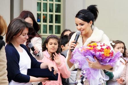 director de escuela: Estambul - el 23 de abril: Pop star Bengu Erden realiza vivo en el escenario a M�rmara Egitim Kurumlari el 23 de abril de 2011 en Estambul, Turqu�a.  Pop Bengu estrella con el director de la ceremonia de concierto