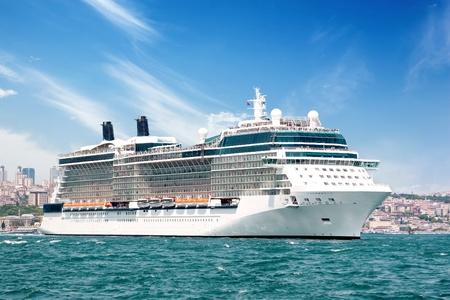 Luksusowe cruiseship wypłynięcia Bosfor wody