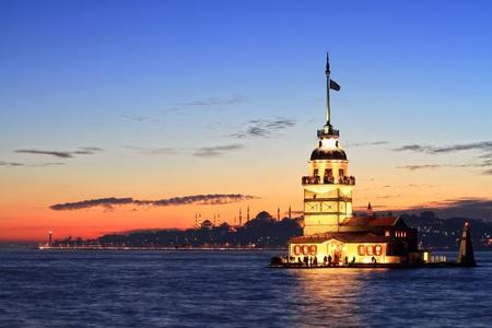 日没で東からのイスタンブールの乙女の塔。遠くにはブルー モスク、ハギア ソフィア大聖堂、トプカピ宮殿などの遺産 写真素材
