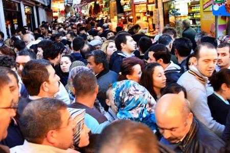 ISTANBUL - 20 NOVEMBER: Duizenden mensen streven naar winkel op Spice Market net voor vakantie op zaterdag 20 November 2010 in Istanbul. Voedsel en souvenirs vullen winkels hier, een van de oudste bazaars in stad