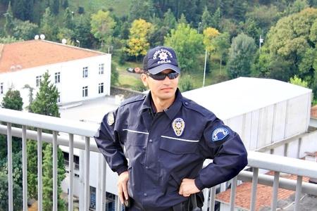 seguridad laboral: Estambul - el 17 de octubre: Un polic�a no identificado hombre stands guardia en el puente suspendido durante el marat�n de Eurasia Intercontinental 32� ejecutar el 17 de octubre de 2010 en Estambul, Turqu�a.