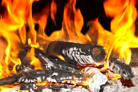Brennenden Kamin mit Feuer, Flamme, Holz und Glut  Standard-Bild