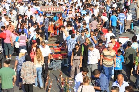 ISTANBUL - 31 augustus: Menigte van mensen die zich vermaken in Eminonu Square tijdens Lesser Bairam op 31 Augustus, 2010 in Istanbul, Turkije. Eminonu is de belangrijkste handels-en wandelen midden in de stad.